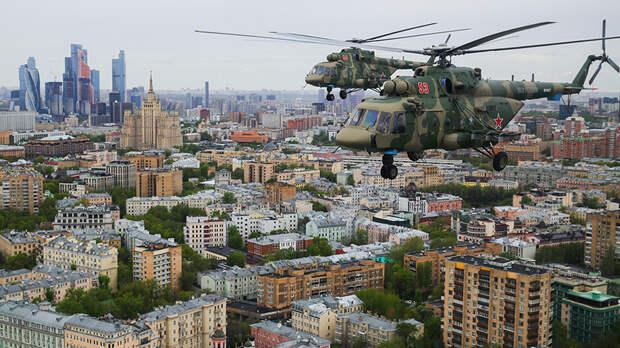 Многоцелевые вертолеты Ми-8АМТШ летят для участия в воздушном параде Победы в Москве, 9 мая 2020 года
