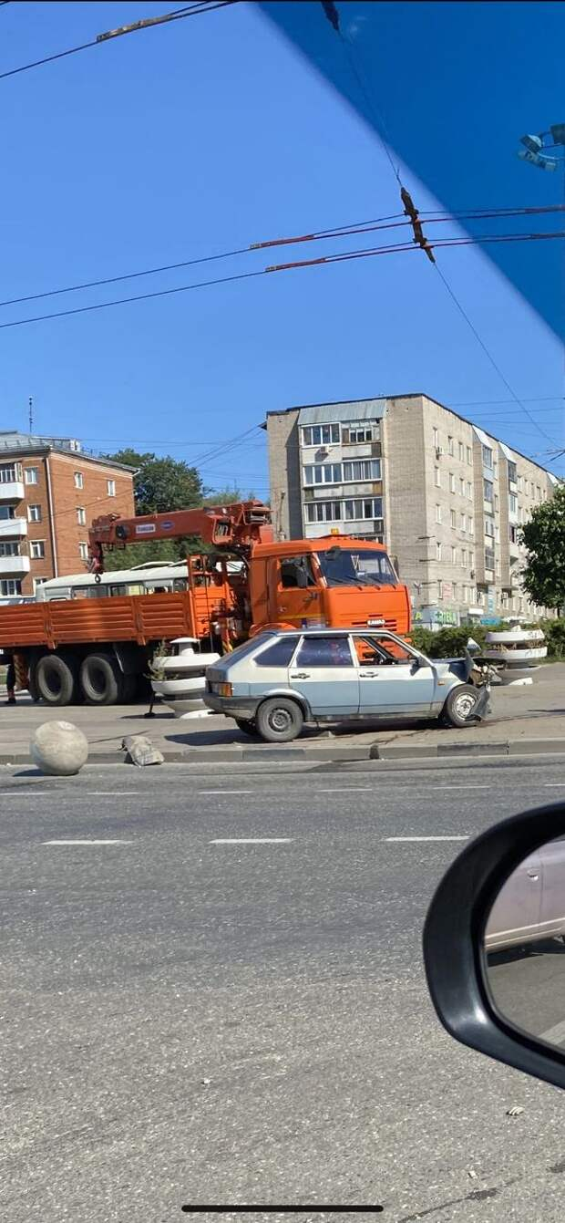 Водитель легковушки въехал в клумбу на кольце улицы Пушкинской в Ижевске