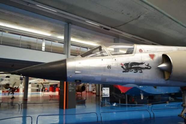 Вид на носовую часть вертикальновзлетающего истребителя Mirage III.V с эмблемой фирмы в виде огнедышащего дракона и бортовым номером «01»