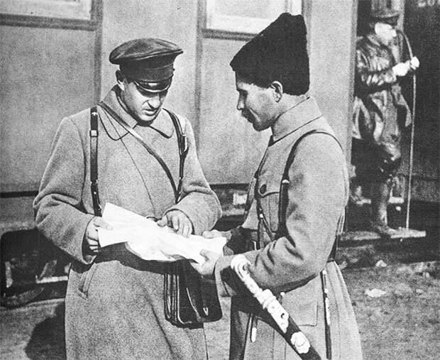 В. И. Чапаев (справа) с сослуживцем