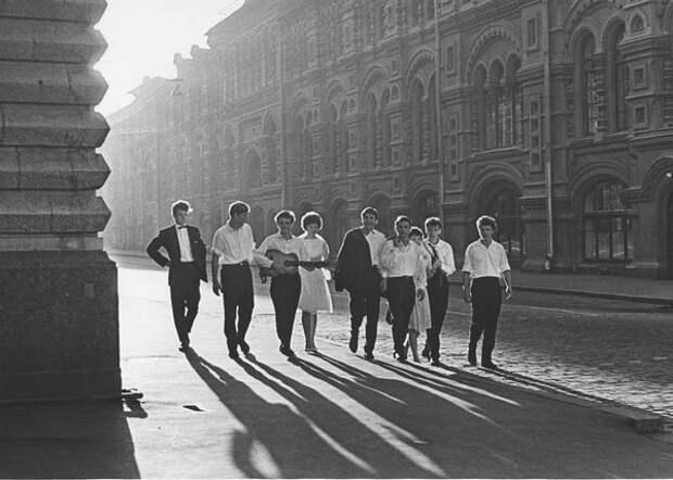 Рассвет. Молодежь у ГУМа. Виктор Ахломов, 1964 г., Москва, из архива МАММ/МДФ.