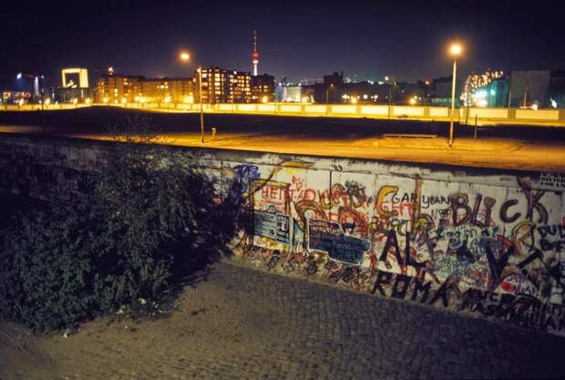 Берлинская стена ночью, за месяц до падения, октябрь 1989