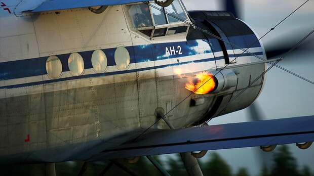 Ан-2 на земле, виден выхлоп двигателя  / ©Wikimedia Commons