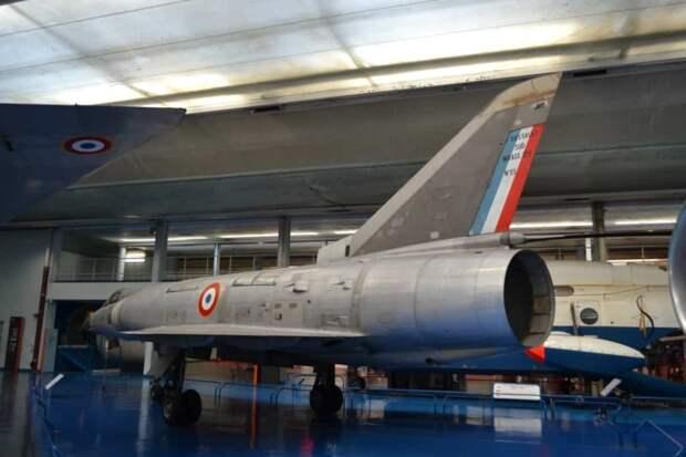 Эжектроное сопло маршевого двигателя SNECMA TF104 истребителя «Мираж» III.V. Это была французская модификация американского Пратт-Уитни JTF10, который интересен тремя особенностями: он был «гражданским», двухконтурным и бесфорсажным. Этот двигатель развивал довольно скромную тягу 4725 кгс, но на втором самолете был заменен ТРДДФ TF306, который благодаря форсажу (тяга 8400 кгс на взлете) обеспечивал полет с числом М=1,15 у земли и 2,3 на большой высоте