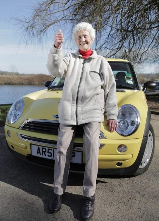 108-летняя дама все еще занимается йогой и ежедневно пьет вино