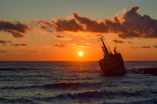 При крушении сухогруза в Черном море погибли минимум два человека