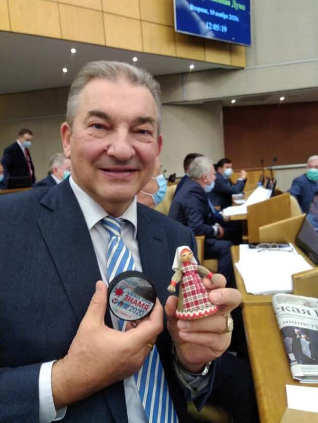 Прославленный хоккеист Владислав Третьяк получил символическую шайбу из Воткинска