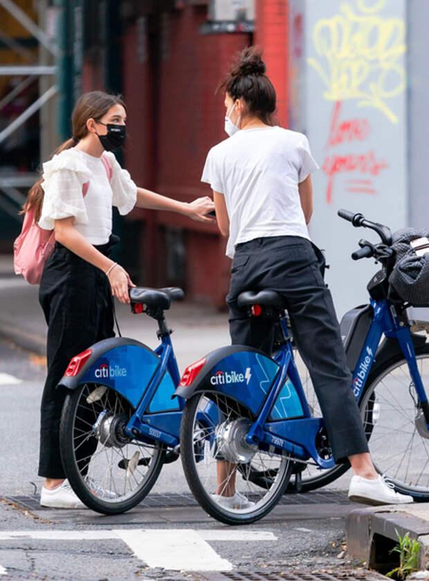 Кэти Холмс устроила велосипедную прогулку по Нью-Йорку со своей дочкой Сури и бойфрендом Эмилио Витоло