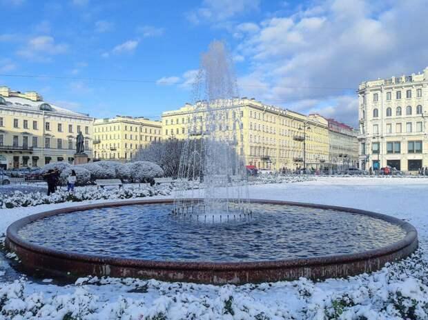 Зимний фонтан в Петербурге ещё струит