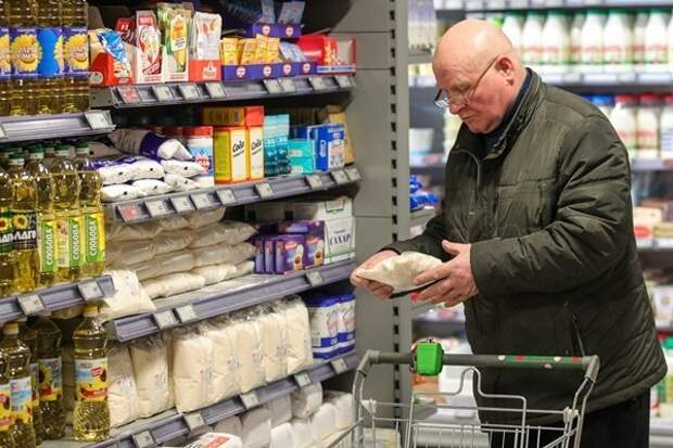 В Госдуме предложили платить покупателям за найденную просрочку в магазинах