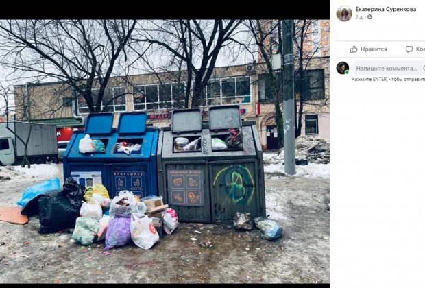 Жители пожаловались на переполненный мусорный контейнер на Снежной