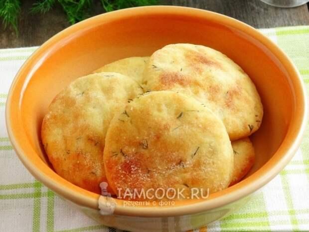 Готовые картофельные лепешки с укропом