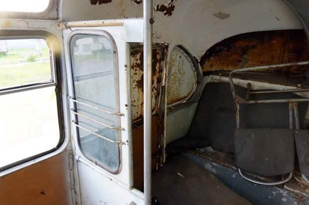Особый интерес представляет сохранившийся экран у задней двери — он сделан для того, чтобы не продувало сидящего за ним кондуктора в холода ЛАЗ, ЛАЗ-695Е, авто, автобус, олдтаймер, реставрация, ретро авто, ретро техника