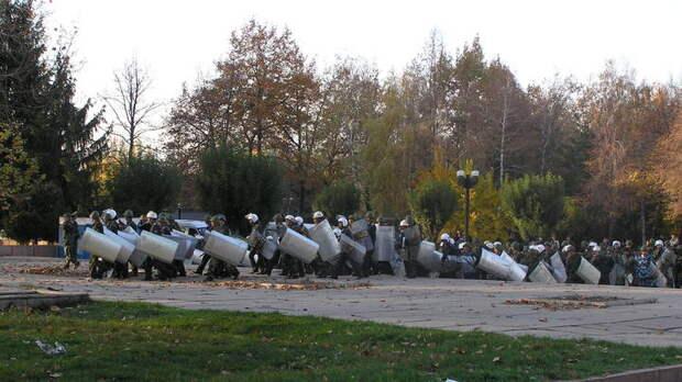 Протестующие в Бишкеке протаранили ворота грузовиком и захватили пустой парламент