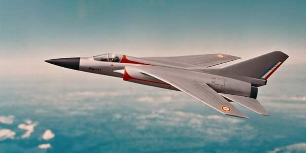 Проект ACF Avion de Combat Futur изначально предполагал развитие Mirage F1 собычным стреловидным крылом, нопозже Dassault вернулась кпроверенной схеме дельтовидного крыла ибесхвостки вMirage 2000