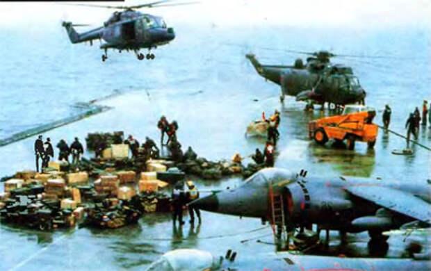 Вертолет «Линкс» завис над палубой авианосца «Инвинсибл», освободив свои внешние подвески от груза