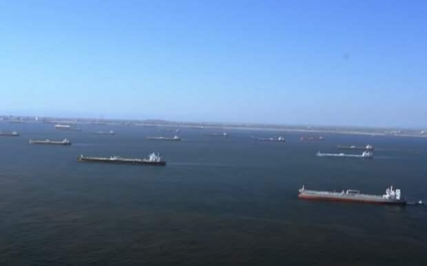 «Им некуда идти»: десятки танкеров с нефтью скопились у берегов Калифорнии