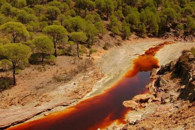 Кислая красная река Рио-Тинто