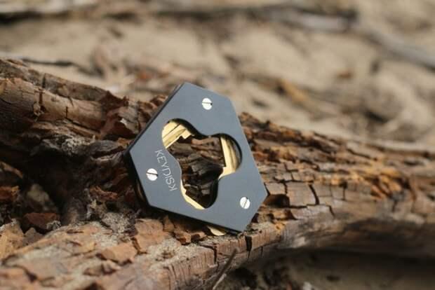 Большая связка ключей в миниатюрном устройстве