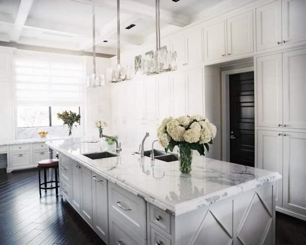 светлая столешница из искусственного камня в дизайне кухни