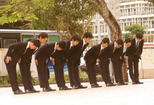 18. Японцев лучше не приветствовать рукопожатием. Они конечно не обидятся, но по традиции в Японии все приветствия сопровождаются поклонами. в мире, интересное, полезно, путешествия, страна, факты, фото, япония