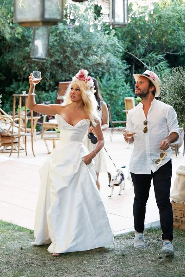 Памела Андерсон в белом платье