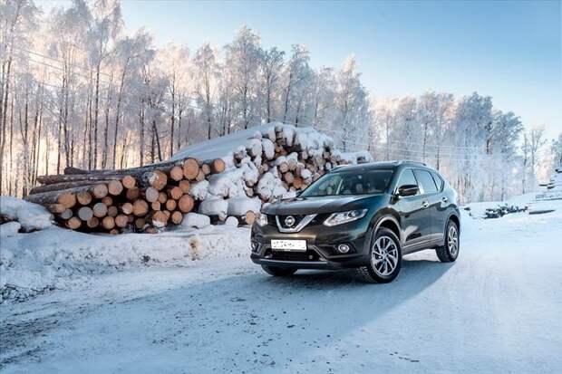 Nissan возле леса