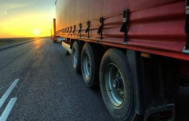 Почему водители фур во время езды по прямой начинают моргать «поворотниками»