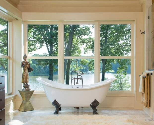 Необычная ванна у окна