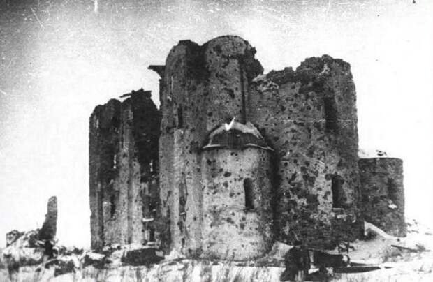 Новгород. Церковь Спаса Преображения на Нередице. 1198 год. Фото 1944 г..