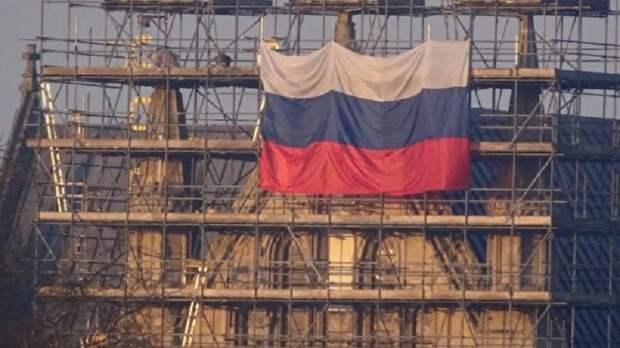 Неизвестные повесили российский флаг на собор в Солсбери