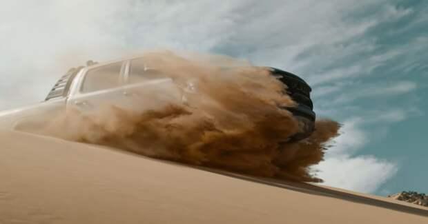 Дорога в дюнах: пользователи сравнивают рекламу пикапа Ram с бондианой