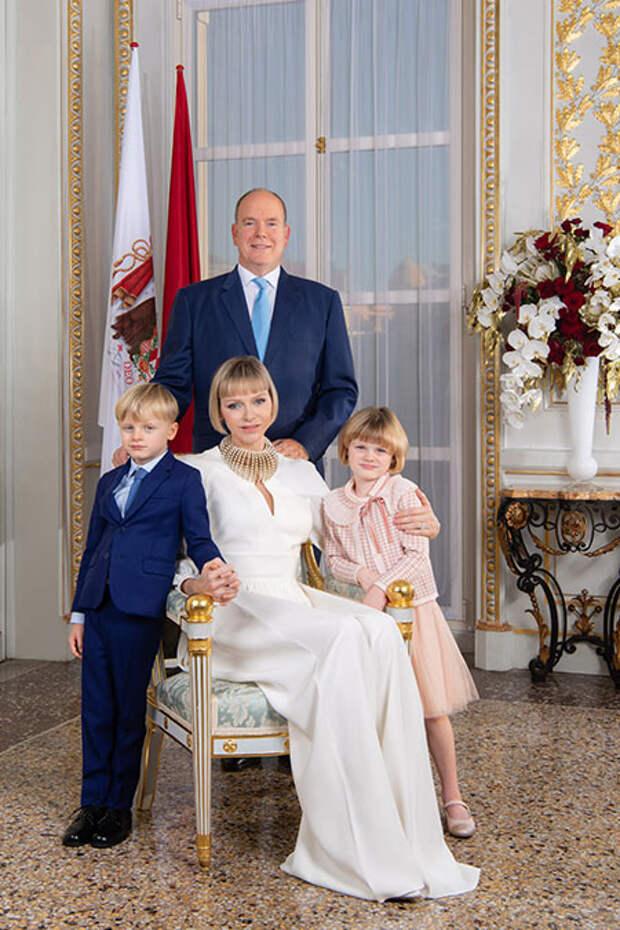 Князь Монако Альбер и княгиня Шарлен выпустили новый семейный портрет по особенному случаю