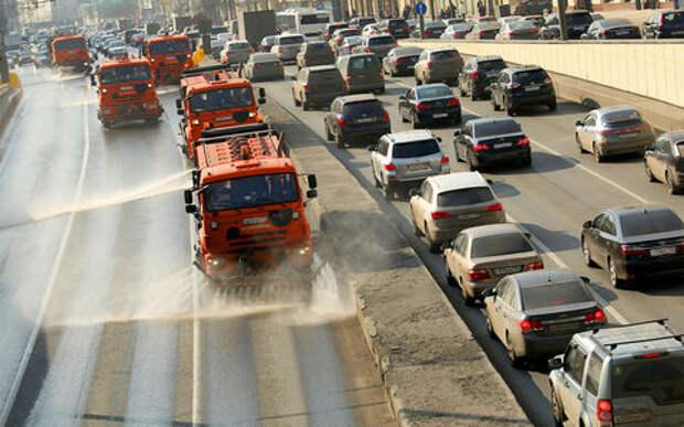Московские дороги ждет весенний «душ». Власти города решили смыть зиму шампунем