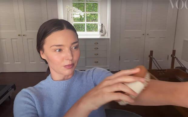 Камень гуаша, чайная ложка и массажная щетка: Миранда Керр рассказала, как подготовиться к свиданию в домашних условиях
