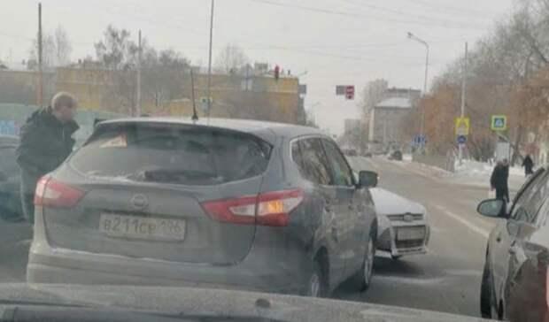 Хотел уйти отстолкновения: вЕкатеринбурге Ford врезался вNissan
