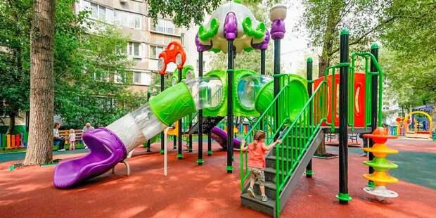 Во дворе на Волгоградке оперативно заменили песок  на детской площадке