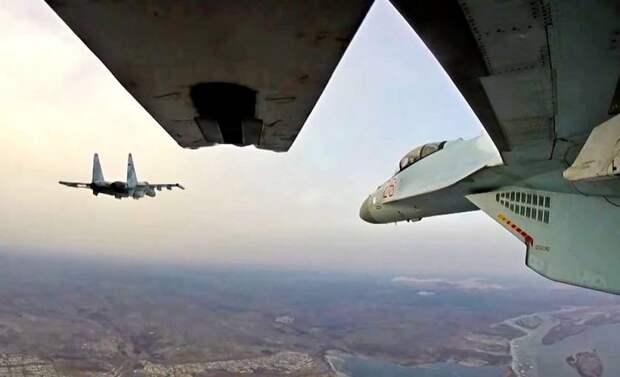 Бомбардировщики ВКС уничтожают боевиков на границе с Турцией под прикрытием Су-35
