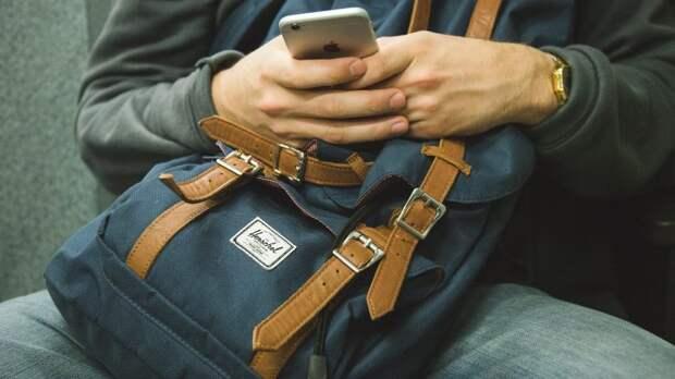 Камера в магазине на Зеленоградской запечатлела воровство мобильного