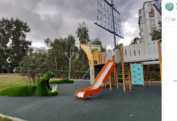 Фото дня: бегемоты на детской площадке
