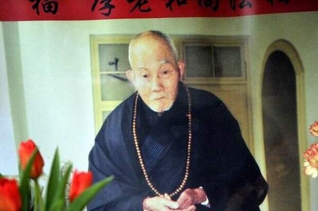 А это он же, монах Фу Хоу, незадолго до фатального для него 2012. Здесь ему 94 года