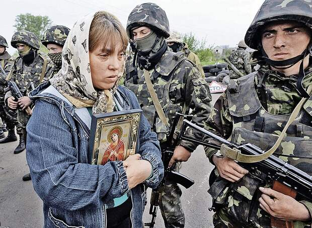 В 2014 году мирное население Донбасса пыталось остановить украинские войска словом. Сегодня мало кто решается открыто высказывать свое отношение к ВСУ. Фото: AFP/EAST NEWS