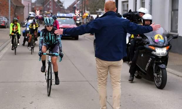 Организаторы велогонки остановили участниц женского заезда из-за того, что те догнали стартовавших ранее мужчин