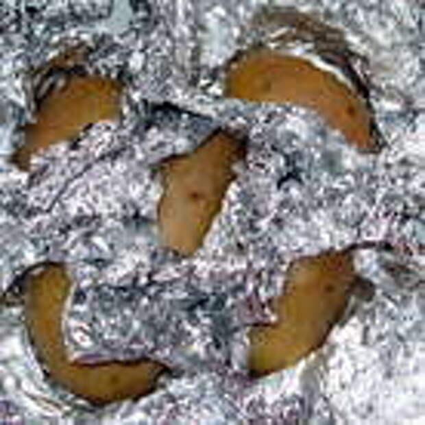 Завернуть нечищенный картофель по одному в фольгу и запечь в духовке. Время зависит о размера клубней.В среднем, около 30 минут при 220° C.