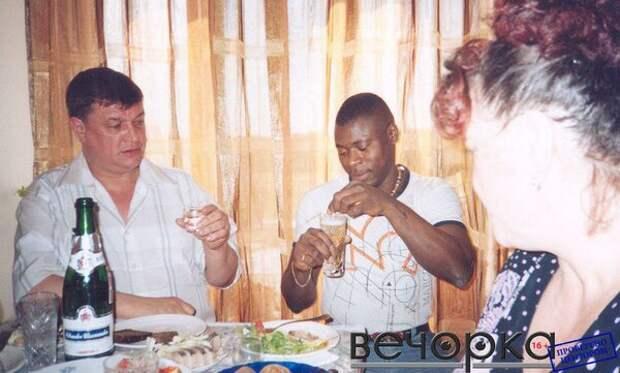 """Лидер читинской ОПГ """"Ключевские"""" Евгений Жаров, предпочитающий водку, с неодобрением смотрит на африканца, размешивающего шампанское."""