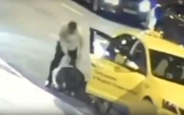 Столичный таксист ударил пассажира в грудь ножом