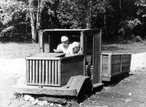 Большой деревянный автомобиль для маленьких мальчиков.