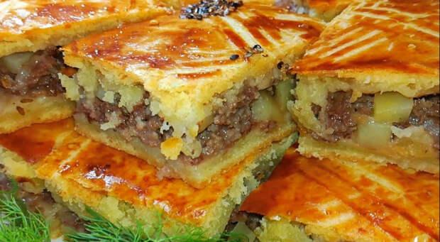 200 граммов фарша, кефир и картофель: мясной пирог разбирают за минуты