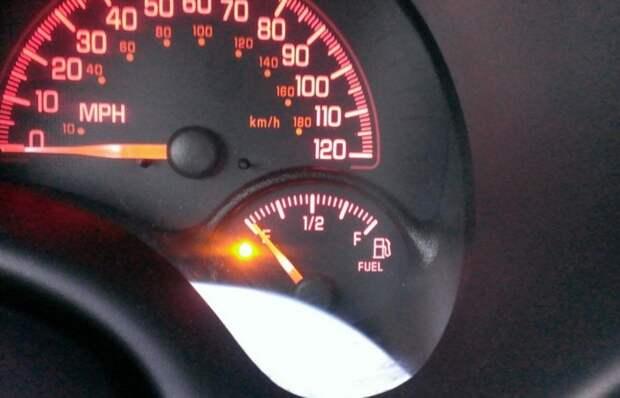 Сколько в баке остается литров бензина, когда загорается лампочка