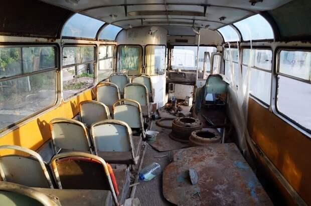 На полу видна снятая крышка мотоотсека ЛАЗ, ЛАЗ-695Е, авто, автобус, олдтаймер, реставрация, ретро авто, ретро техника